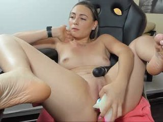 Webcam Belle - kelly_peirce13 spanish cam babe rubs her hairy pussy nice on camera