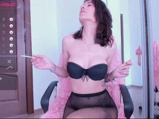 Webcam Belle - sensualkooky slim cam milf waits a knight in shining armour online