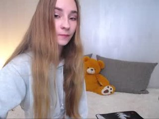 Webcam Belle - evaava small tits cam girl loves rubs her shaved piss-hole on camera