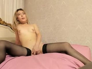 Webcam Belle - tomiko_rie slim cam chick with small tits loves to flash during her live sex session